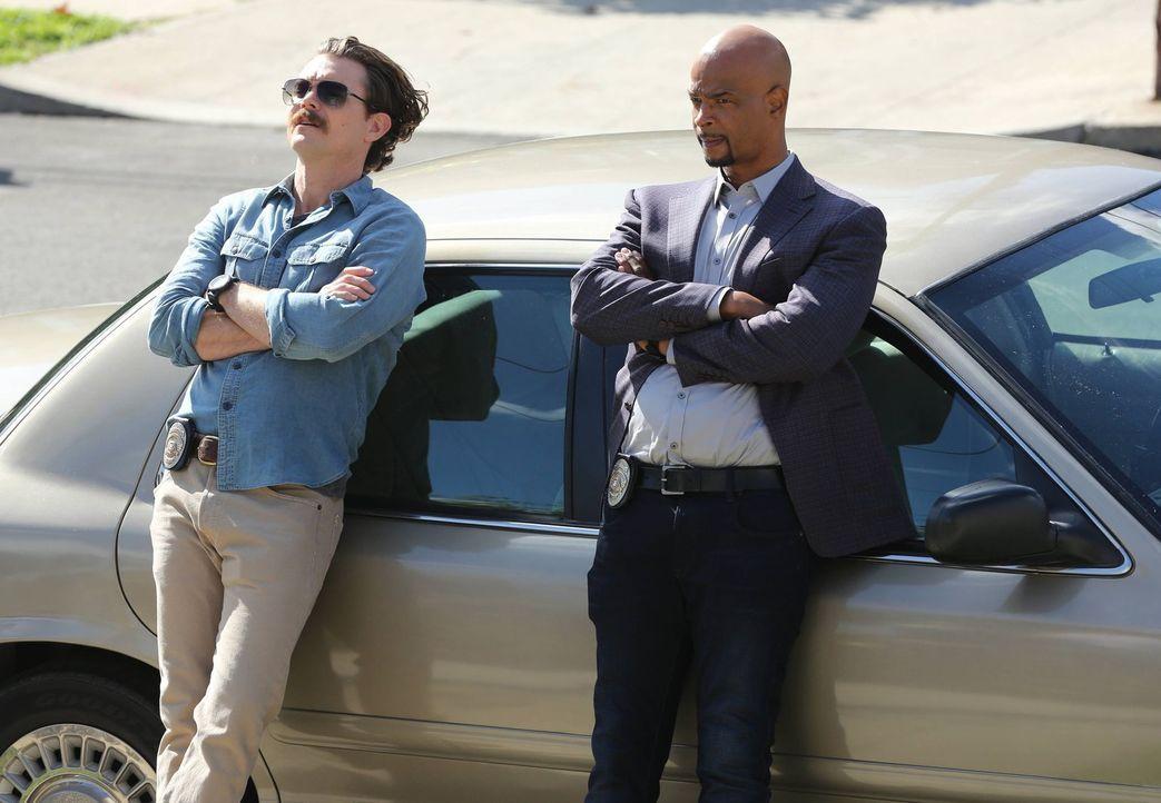 Ein neuer Mordfall wartet auf Riggs (Clayne Crawford, l.) und Murtaugh (Damon Wayans, r.) ... - Bildquelle: 2016 Warner Brothers