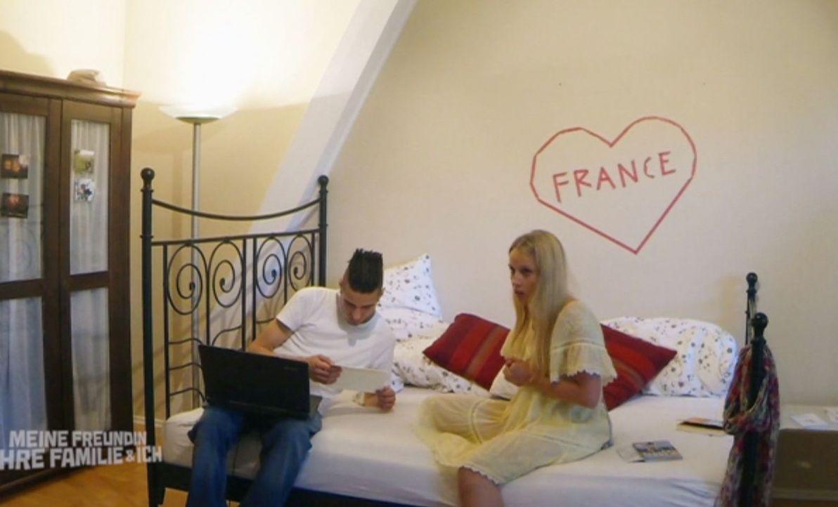 Meine Freundin, ihre Familie und ich: Riccardo (l.) mit Austauschschülerin Isabelle (Claudia Hinterecker, r.) ... - Bildquelle: SAT.1