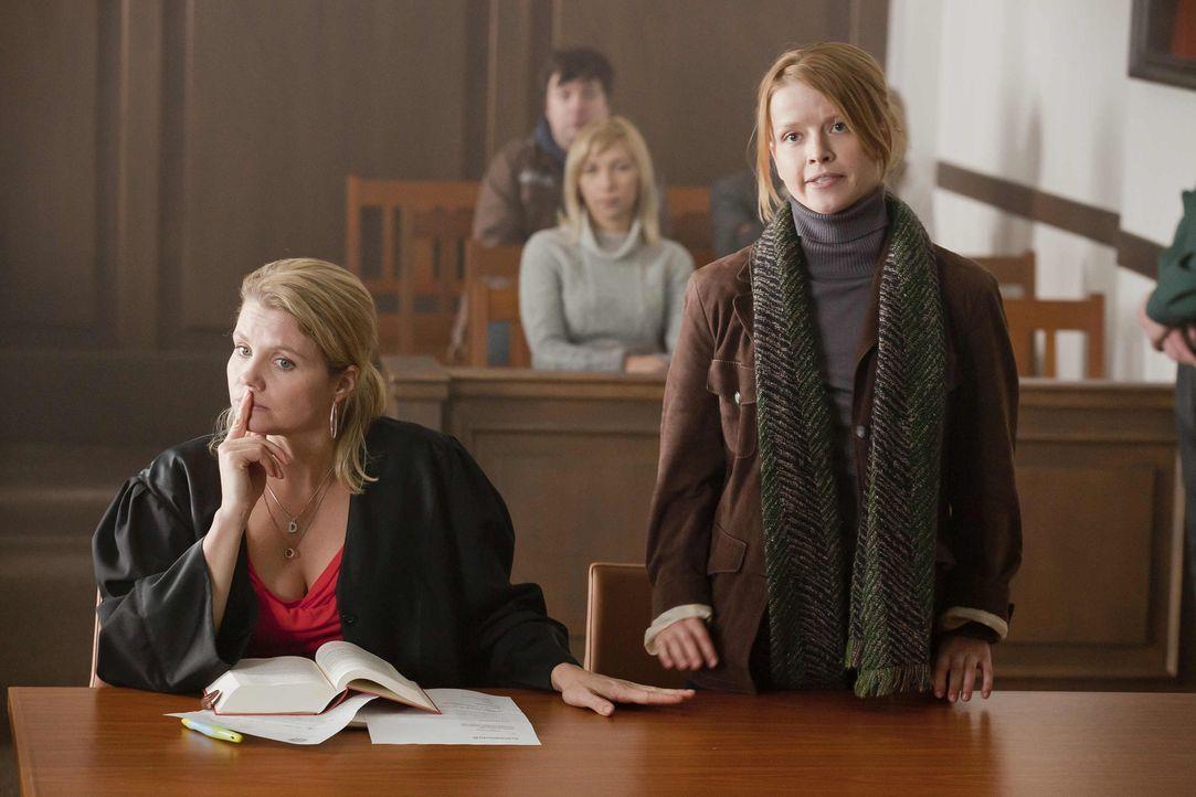 Während Kurt sich über den kaputten Fernseher ärgert, kommt zu Danni (Annette Frier, l.) eine junge Frau namens Maja (Karoline Schuch, r.), die d... - Bildquelle: SAT.1