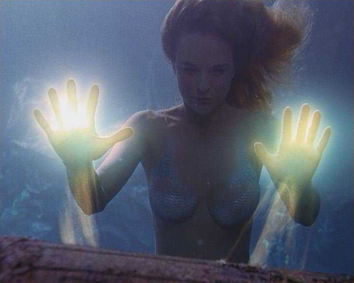 Meerjungfrau Diana (Erika Heynatz) will den Mörder ihres Vaters zur Verantwortung ziehen. Dabei kommen ihr ihre magischen Kräfte sehr zu Hilfe ... - Bildquelle: Licensed by CBS International Television