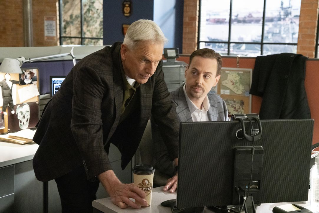 Leroy Jethro Gibbs (Mark Harmon, l.); Timothy McGee (Sean Murray, r.) - Bildquelle: Michael Yarish 2019 CBS Broadcasting, Inc. All Rights Reserved. / Michael Yarish
