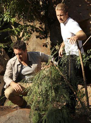 Da unten liegt ein Mann. Steve (Alex O'Loughlin) und Danny (Scott Caan) beschließen, dass einer von ihnen runter muss. - Bildquelle: CBS Studios