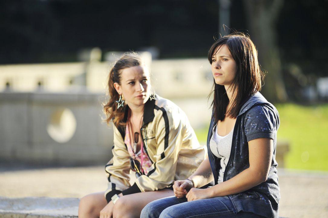 Als beste Freundin versucht Nike (Nina Gummich, l.) der bodenständigen Lila (Anna Fischer, r.) zu helfen, mit der außergewöhnlichen Situation und... - Bildquelle: Disney