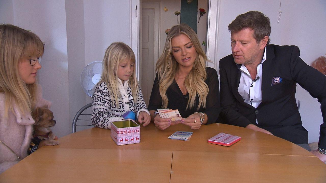 In ihrem Luxusalltag hat Familie Bösch normalerweise 4700 Euro pro Woche zur Verfügung, doch im Tausch-Experiment müssen die vier mit dem Wochenbudg... - Bildquelle: SAT.1