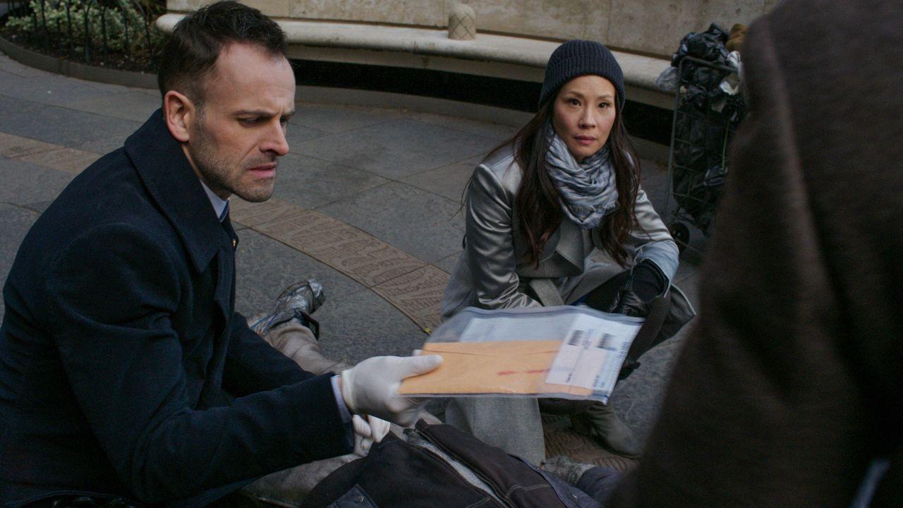 Auf der Jagd nach einem Serienkiller: Holmes (Jonny Lee Miller, l.) und Watson (Lucy Liu, r.) ... - Bildquelle: CBS Television