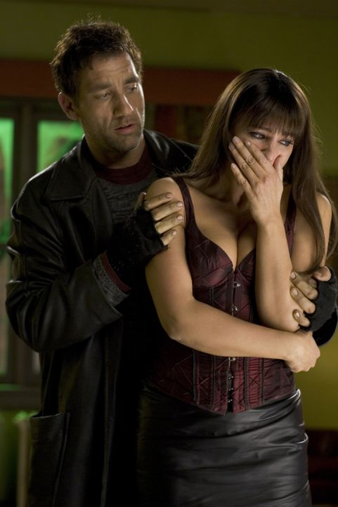 Sind auf der Flucht vor eiskalten Babymördern: Scharfschütze Smith (Clive Owen, l.) und Prostituierte Donna (Monica Bellucci, r.) ... - Bildquelle: 2007 Warner Brothers International