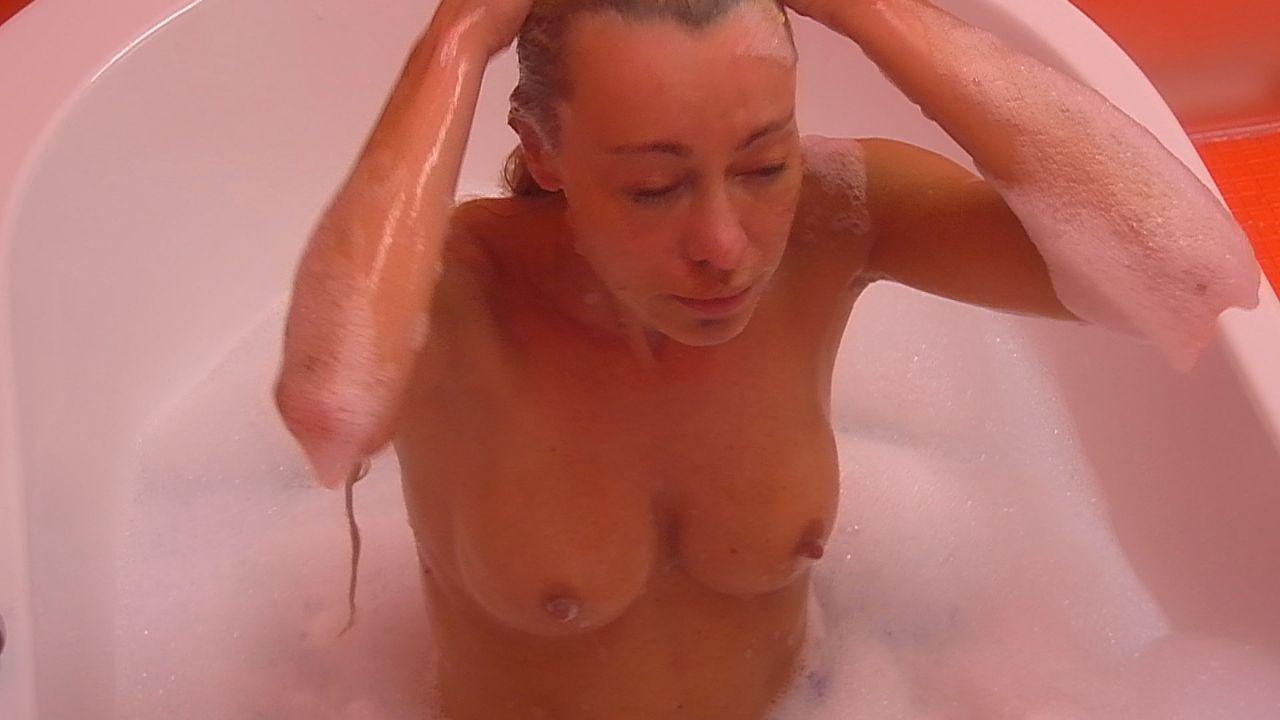 Nina badet8 - Bildquelle: SAT.1