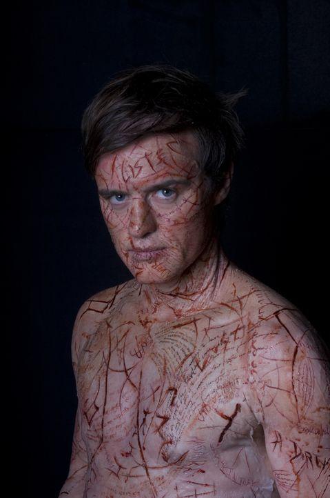Die Toten wollen sich über Simon McNeal (Jonas Armstrong) Gehör verschaffen und nutzen ihn als ihr Medium. Sie schreiben ihre Worte in seine Haut.... - Bildquelle: Sunfilm