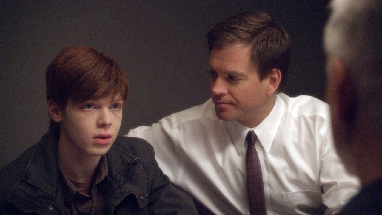 Gibbs (Mark Harmon, r.), Tony (Michael Weatherly, M.) und das restliche Team sollen im Auftrag von Director Vance einen zwei Wochen alten Mordfall u... - Bildquelle: CBS Television