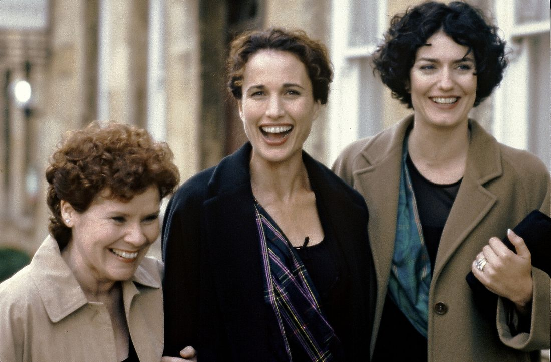 Schuldirektorin Kate (Andie MacDowell, M.) und ihre Freundinnen Molly (Anna Chancellor, r.) und Janine (Imelda Staunton, l.) hocken im heimatlichen... - Bildquelle: Sony Pictures Television International. All Rights Reserved.