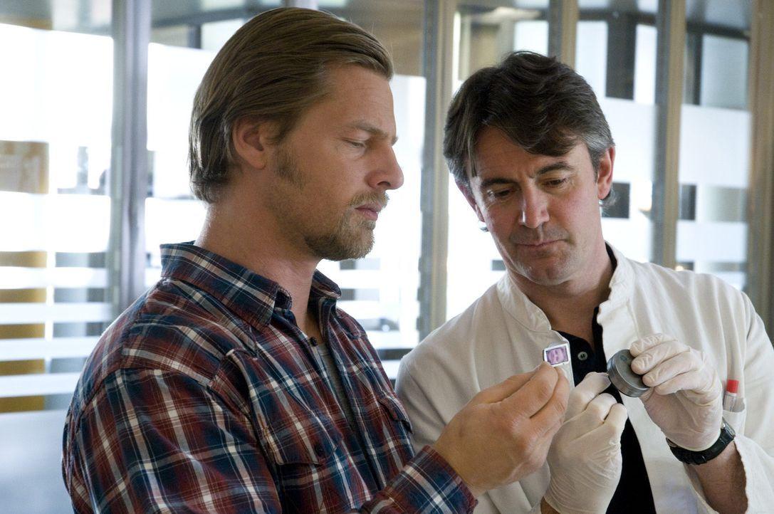 Pathologe Roland Meisner (Robert Lohr, r.) hat eine Riesenüberraschung für Mick (Henning Baum, l.): Die Pillendöschen haben einen doppelten Boden... - Bildquelle: SAT.1
