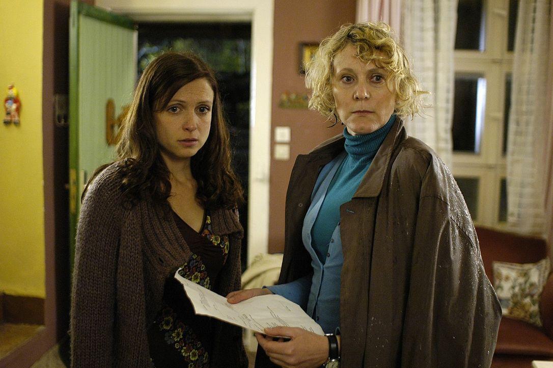 Frau Pohlmann (Rosa Enskat, r.) vom Jugendamt setzt Esther (Julia Brendler, l.) ein Ultimatum, bis zu dem das Dach gedeckt sein muss - oder ihre Kin... - Bildquelle: Oliver Feist Sat.1