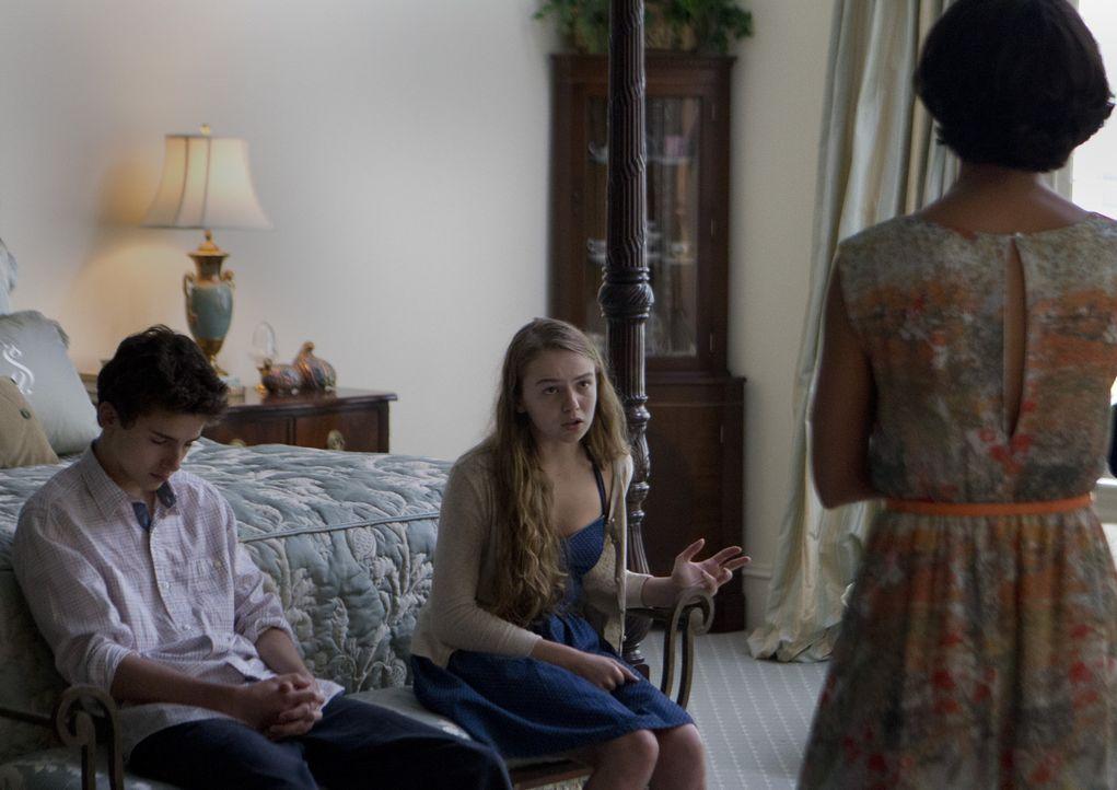 Dana (Morgan Saylor, M.) und Finn (Timothée Chalamet, l.) wollen ihr Geheimnis preisgeben, doch wie werden Jessica (Morena Baccarin, r.) und Brody... - Bildquelle: 20th Century Fox International Television