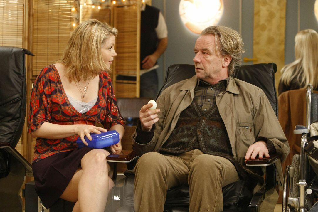"""Während Kurt (Axel Siefer, r.) sich mit einem Angestellten des Ordnungsamtes anlegt, bekommt Danni (Annette Frier, l.) Besuch in ihrem """"Büro"""" von... - Bildquelle: SAT.1"""