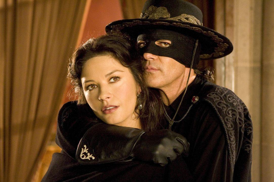 Zorres für Zorro (Antonio Banderas, r.)! Seiner temperamentvollen Ehefrau Elena (Catherine Zeta-Jones, l.) passt es überhaupt nicht, dass Zorro wi... - Bildquelle: Sony Pictures Television International. All Rights Reserved.