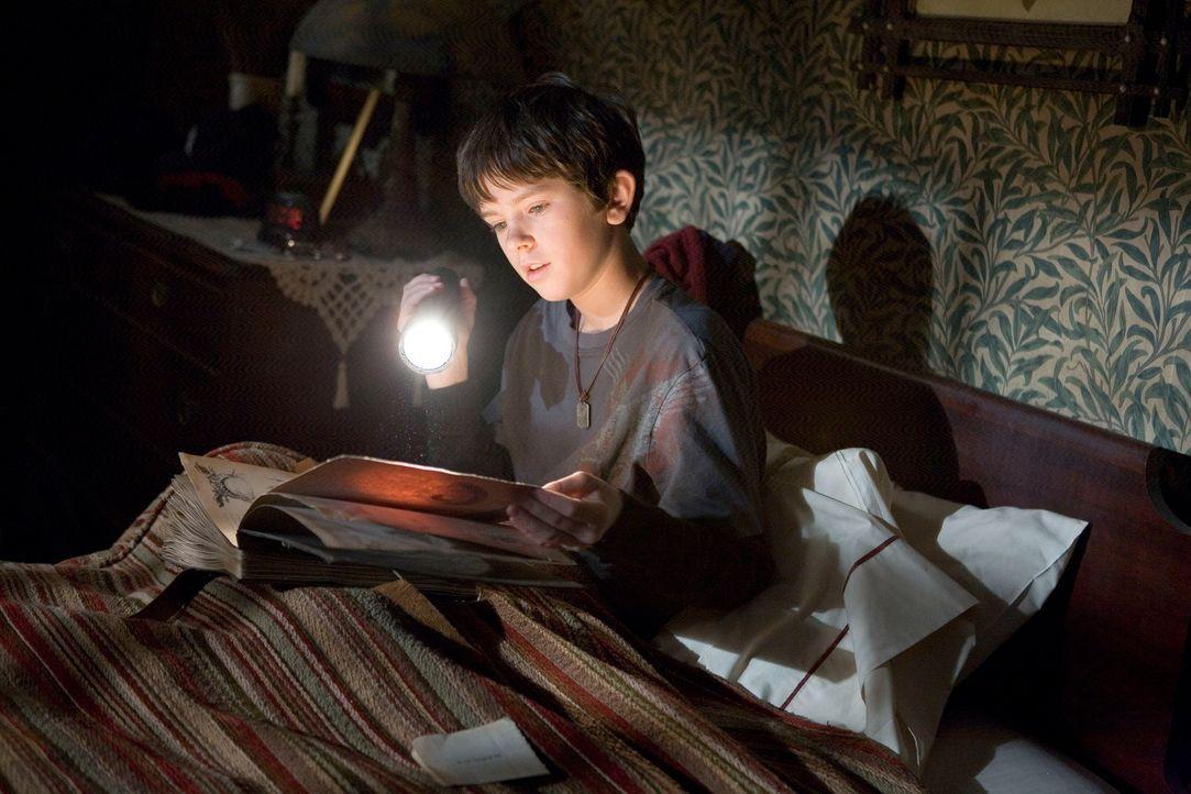 """Auf dem Dachboden des alten Hauses findet Jared (Freddie Highmore) Arthur Spiderwicks """"Handbuch der magischen Geschöpfe"""". Trotz aller Warnungen öf... - Bildquelle: Paramount Pictures"""