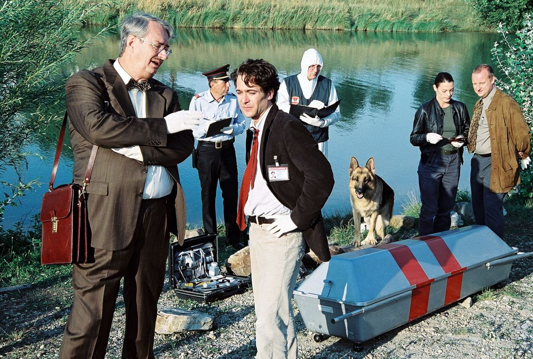 Ein Mann wurde tot am Donauufer gefunden. War es ein Unfall oder Mord? Dr. Graf (Gerhard Zemann, l.), Marc (Alexander Pschill, M.), Niki (Elke Winke... - Bildquelle: Sat.1