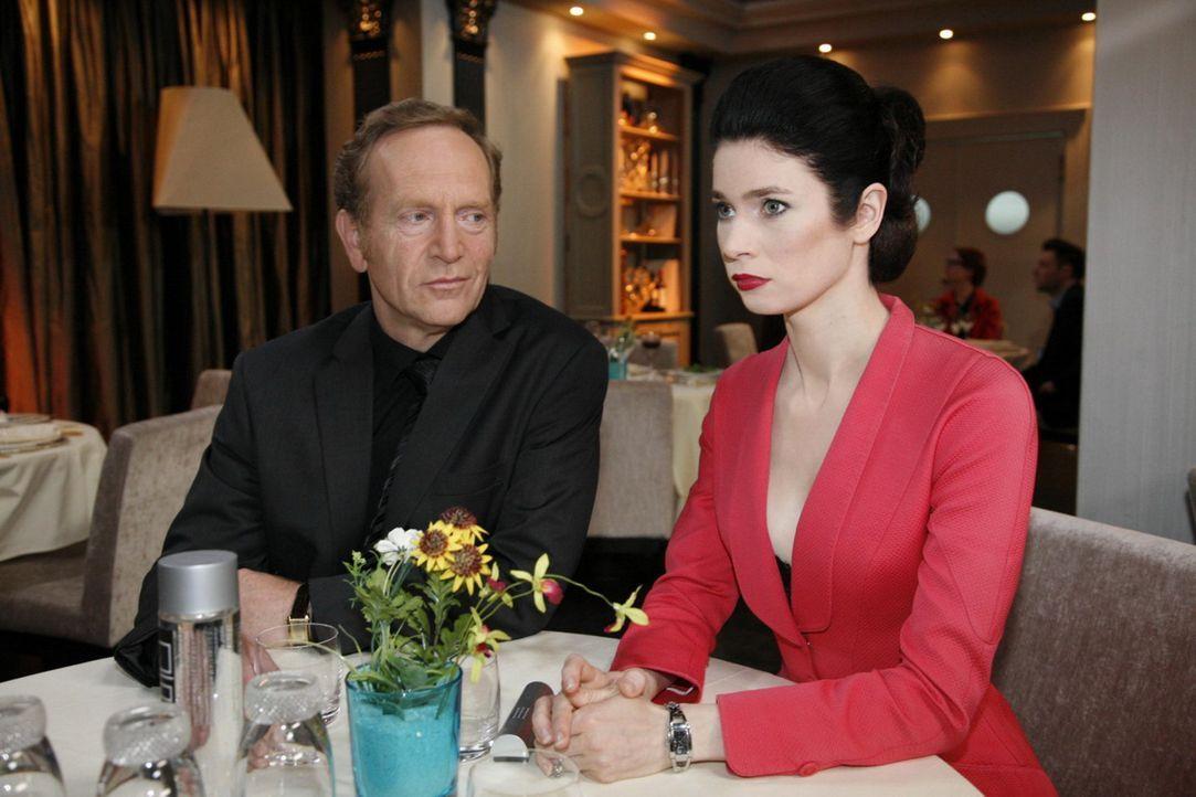 Gina (Elisabeth Sutterlüty, r.) gibt sich vor Adrian (Joachim Kappl, l.) abgebrühter, als sie wirklich ist .... - Bildquelle: SAT.1