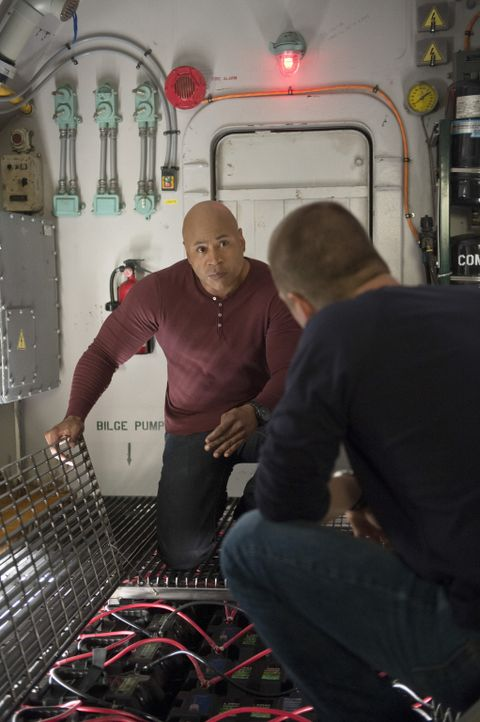 Gibt es einen Ausweg für Sam (LL Cool J, hinten) und Callen (Chris O'Donnell, vorne), die in einem von Terroristen präparierten U-Boot eingeschlosse... - Bildquelle: 2014 CBS Broadcasting, Inc. All Rights Reserved.