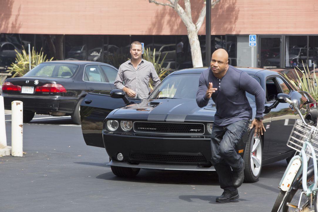 Als der Inhaber einer Bio-Tech-Firma in seinem Ferrari in die Luft gesprengt wird, beginnen Callen (Chris O'Donnell, l.) und Sam (LL Cool J, r.) sof... - Bildquelle: CBS Studios Inc. All Rights Reserved.