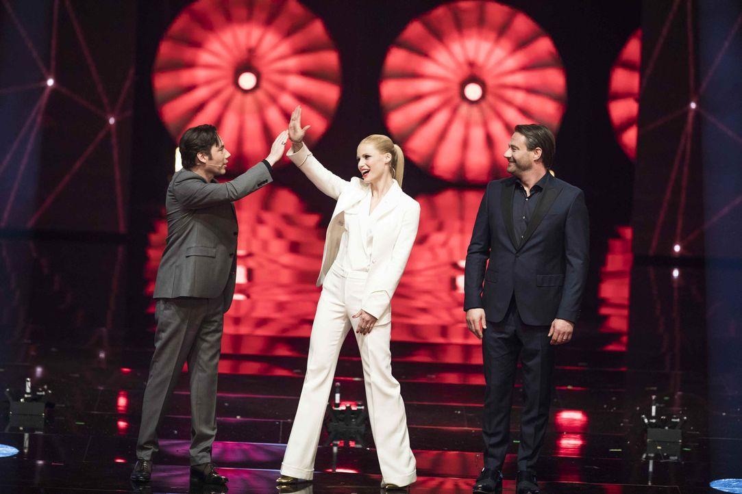 """""""It's Showtime"""": Michelle Hunziker (M.), Michael Bully Herbig (l.) und Sasha (r.) suchen die Besten der Besten ... - Bildquelle: Benedikt Müller SAT.1"""