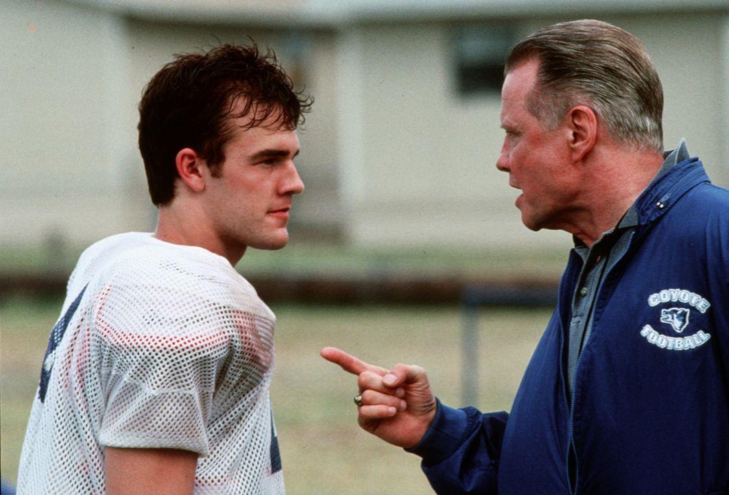 Der Ersatzspieler Jonathan (James Van Der Beek, l.) ärgert sich immer wieder aufs neue über die Unbeherrschtheit seines Coachs Kilmer (Jon Voight, r... - Bildquelle: TM, ® &   1999 by Paramount Pictures. All Rights Reserved.