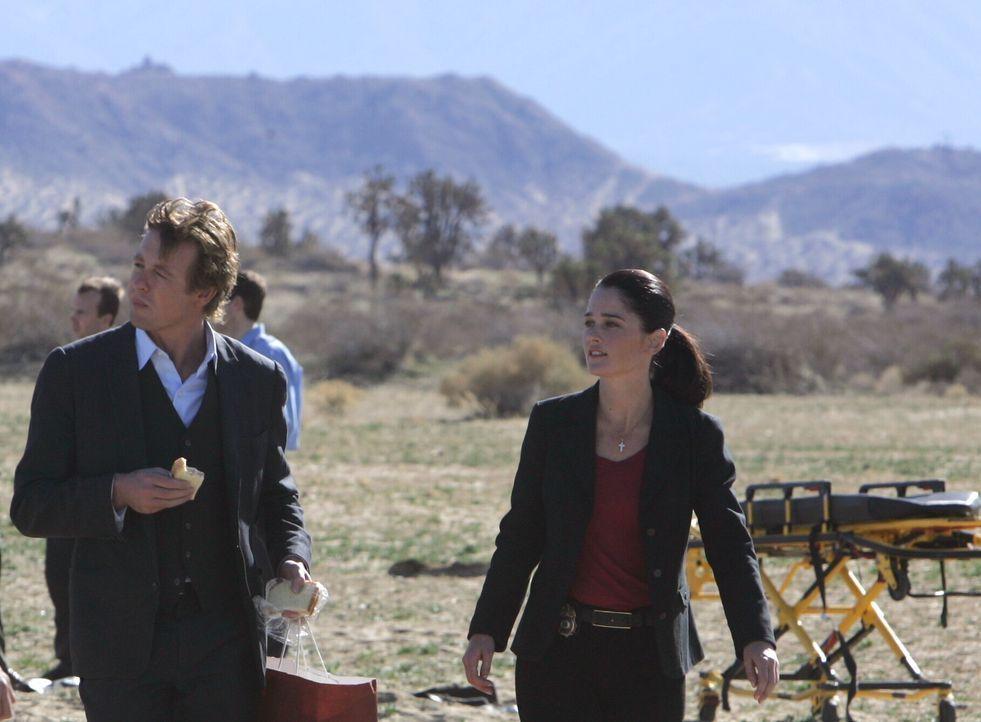 Wollen um alles in der Welt den Täter finden, der für die merkwürdigen Unfälle zuständig ist: Patrick (Simon Baker, l.) und Teresa (Robin Tunne... - Bildquelle: Warner Bros. Television