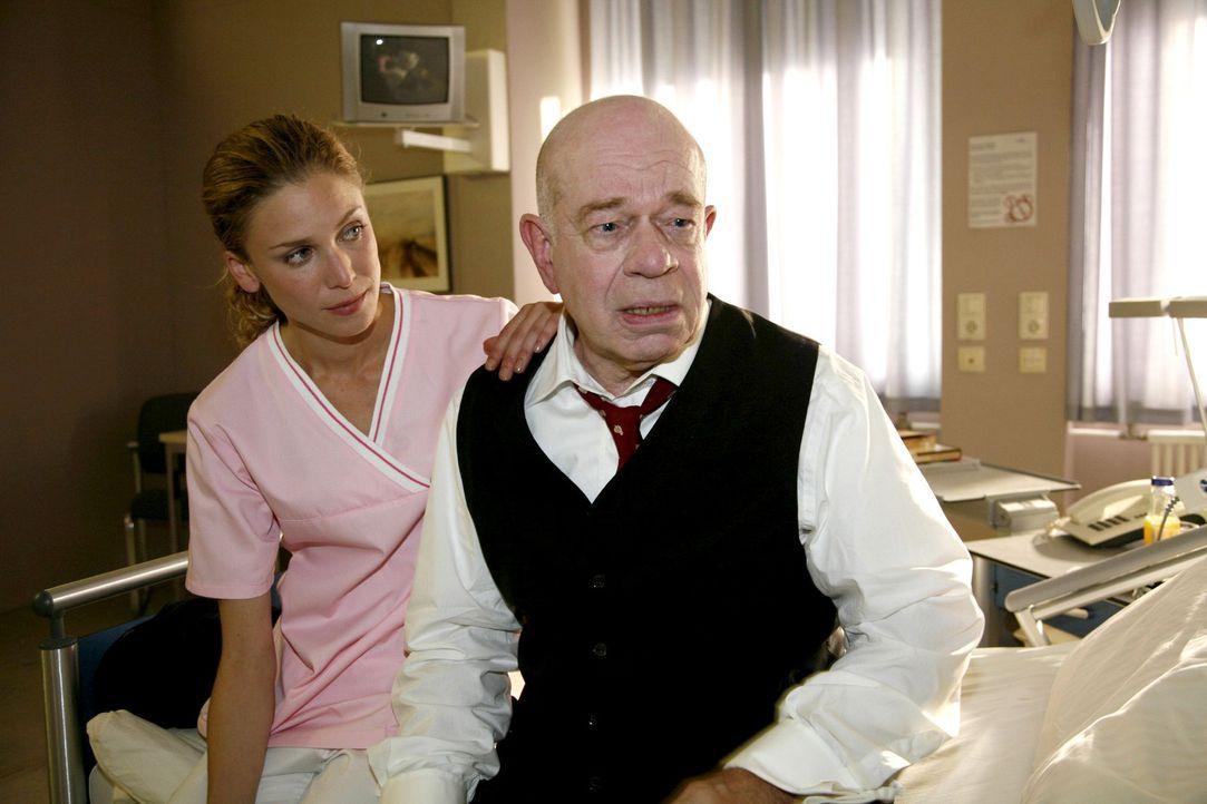 Schwester Carmen (Hanna Lütje, l.) versucht Joe König (Uli Krohm, r.) die Angst vor der bevorstehenden Herz-OP zu nehmen. - Bildquelle: Mosch Sat.1