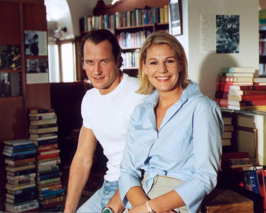 Liza (Sophie Schütt, r.) mit Polizist Kid (Markus Knüfken, l.), der ihr Herz für kurze Zeit zum Klopfen bringt. - Bildquelle: Christian A. Rieger Sat.1