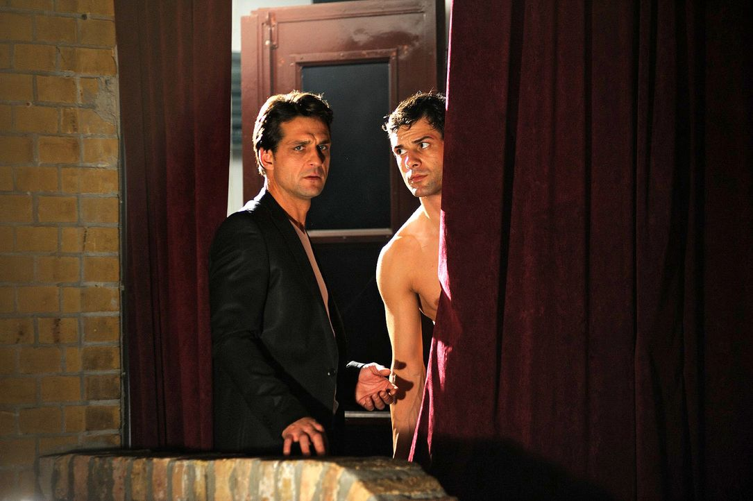 Als Leon (Kai Schumann, r.) im Publikum Verena entdeckt, bittet er seinen Freund Bill (Robert Seeliger, l.), die Show für ihn weiterzumachen... - Bildquelle: Hardy Spitz Sat.1