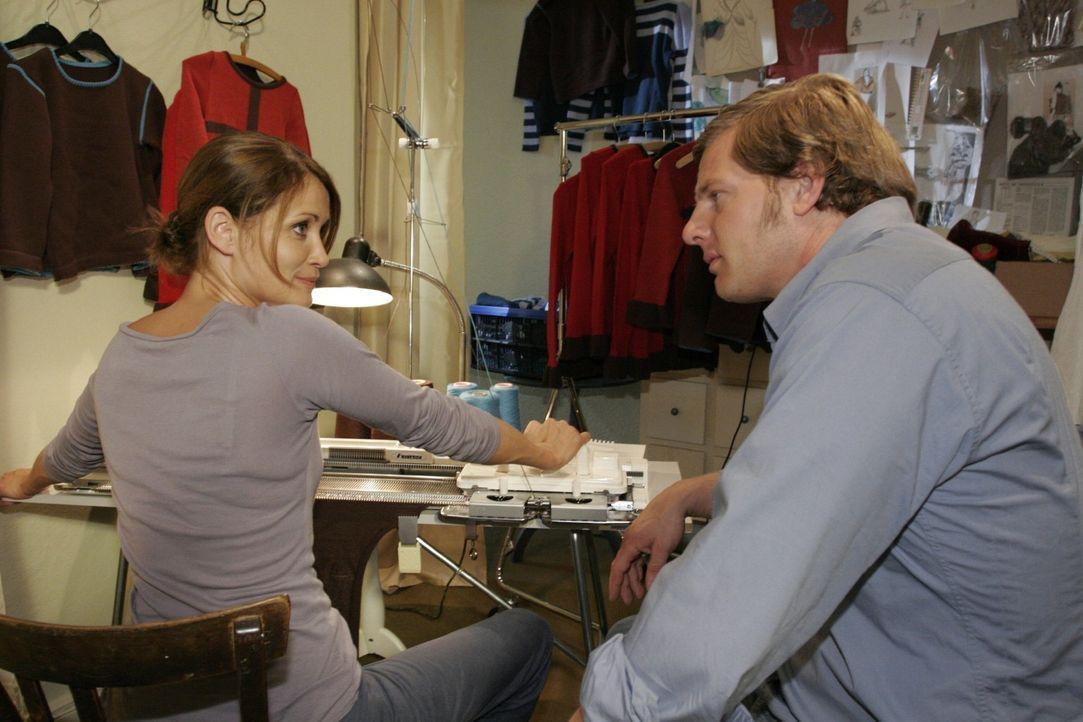 Jan (Henning Baum, r.) macht der arbeitswütigen Eva (Anja Kling, l.) klar, dass er mehr Zeit mit ihr verbringen möchte. - Bildquelle: Sat.1