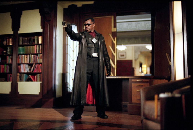Mit Silberschwert, Knoblauchinjektionen und Herzpflöcken bewaffnet, stellt sich Blade (Wesley Snipes) der Übermacht der Untoten ... - Bildquelle: New Line Cinema