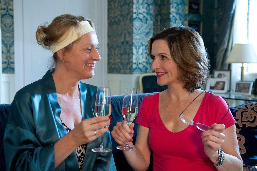 Bereitet sich auf das Duell der Schwiegermütter vor: Felicitas (Claudia Lietz, l.) mit Sylvias Hilfe (Eva Mannschott, r.) ... - Bildquelle: Oliver Ziebe SAT.1