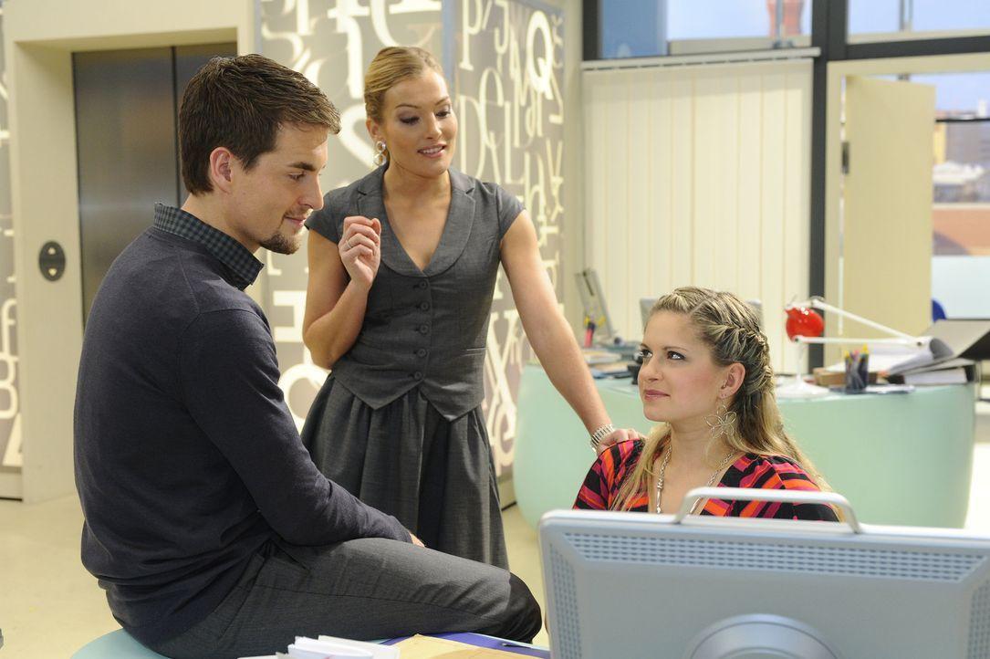 Lars (Alexander Klaws, l.) und Mia (Josephine Schmidt, r.) lassen Annett (Tanja Wenzel, M.) in dem Glauben, dass sie ein Paar sind ... - Bildquelle: SAT.1