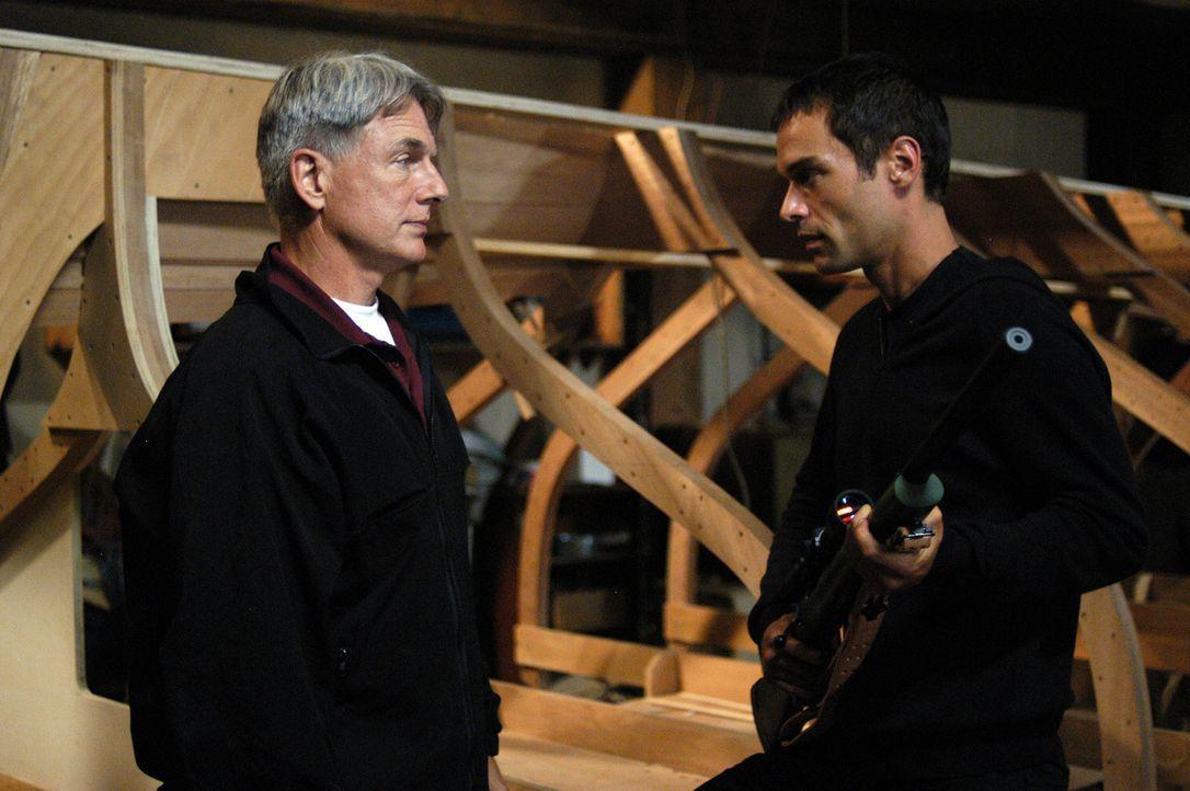 Ari (Rudolf Martin, r.) hat Gibbs (Mark Harmon, l.) auf eine falsche Fährte gelenkt, um mit Zivas Hilfe und gefälschten Papieren untertauchen zu k... - Bildquelle: TM &   2006 CBS Studios Inc. All Rights Reserved.