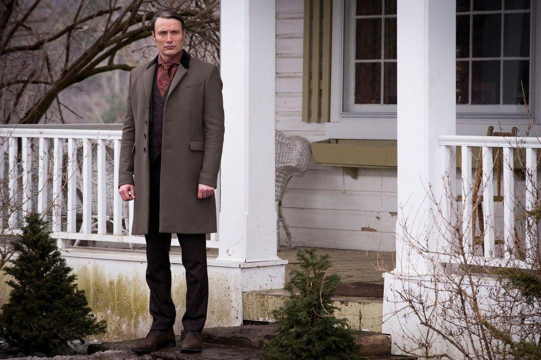 Der Profiler Will wird von Beamten des FBI abgeführt. War es das, was Dr. Hannibal Lecter (Mads Mikkelsen) erreichen wollte? - Bildquelle: Brooke Palmer 2013 NBCUniversal Media, LLC