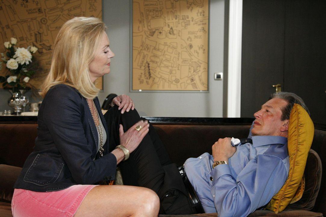 Julius (Günter Barton, r.) hat Hoffnung, mit Elisabeth (Birte Berg, l.) neu anzufangen ... - Bildquelle: SAT.1