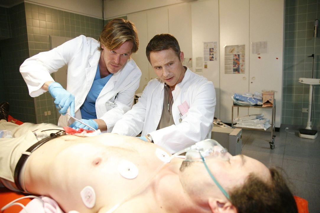 Mario Cipriano (Oscar Axelrod, liegend) wird von Christian (Tobias Kai, l.) und Stephan (Andreas Brucker, r.) notversorgt. - Bildquelle: Mosch Sat.1