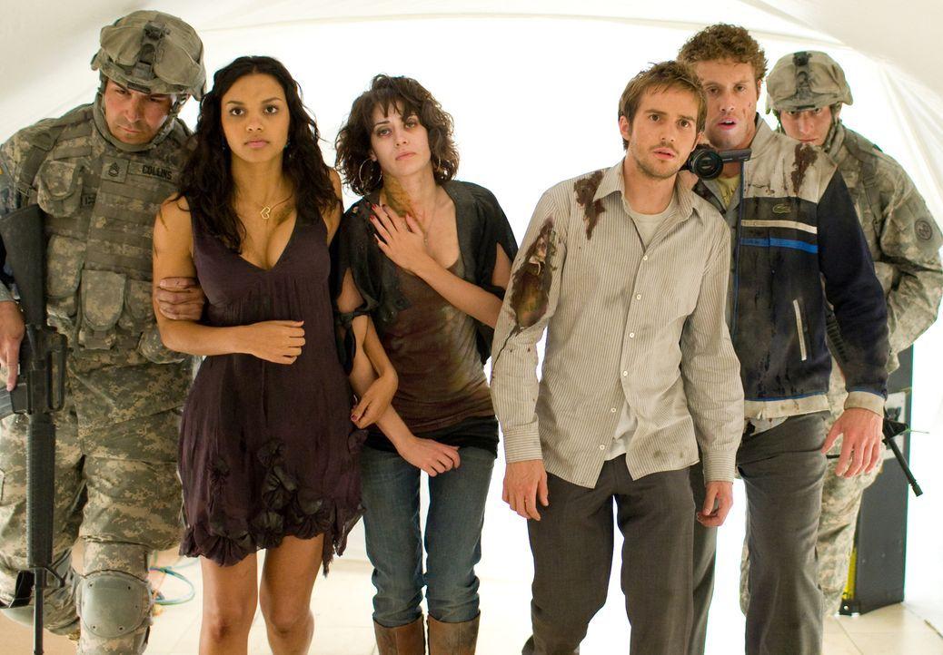 Als das Militär die Freunde Rob (Michael Stahl-David, 3.v.r.), Lily (Jessica Lucas, 2.v.l.), Marlena (Lizzy Caplan, 3.v.l.) und Hud (T.J. Miller, 2.... - Bildquelle: Paramount Pictures