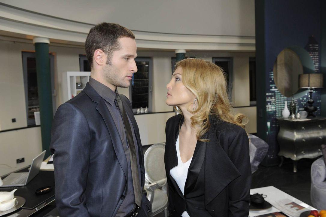 Als Annett (Tanja Wenzel, r.) David (Lee Rychter, l.) mit einer Kampfansage droht, mimt dieser den Unschuldigen. Er macht ihr die Ansage, dass sie e... - Bildquelle: SAT.1