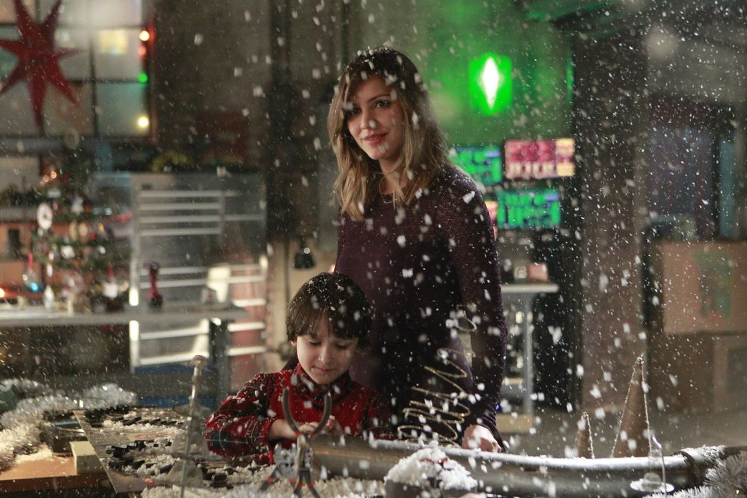 Als ein zehnjähriger Junge in einer Höhle eingeschlossen wird, muss Paige (Katharine McPhee, r.) an ihren eigenen Sohn Ralph (Riley B. Smith, l.) de... - Bildquelle: Sonja Flemming 2014 CBS Broadcasting, Inc. All Rights Reserved