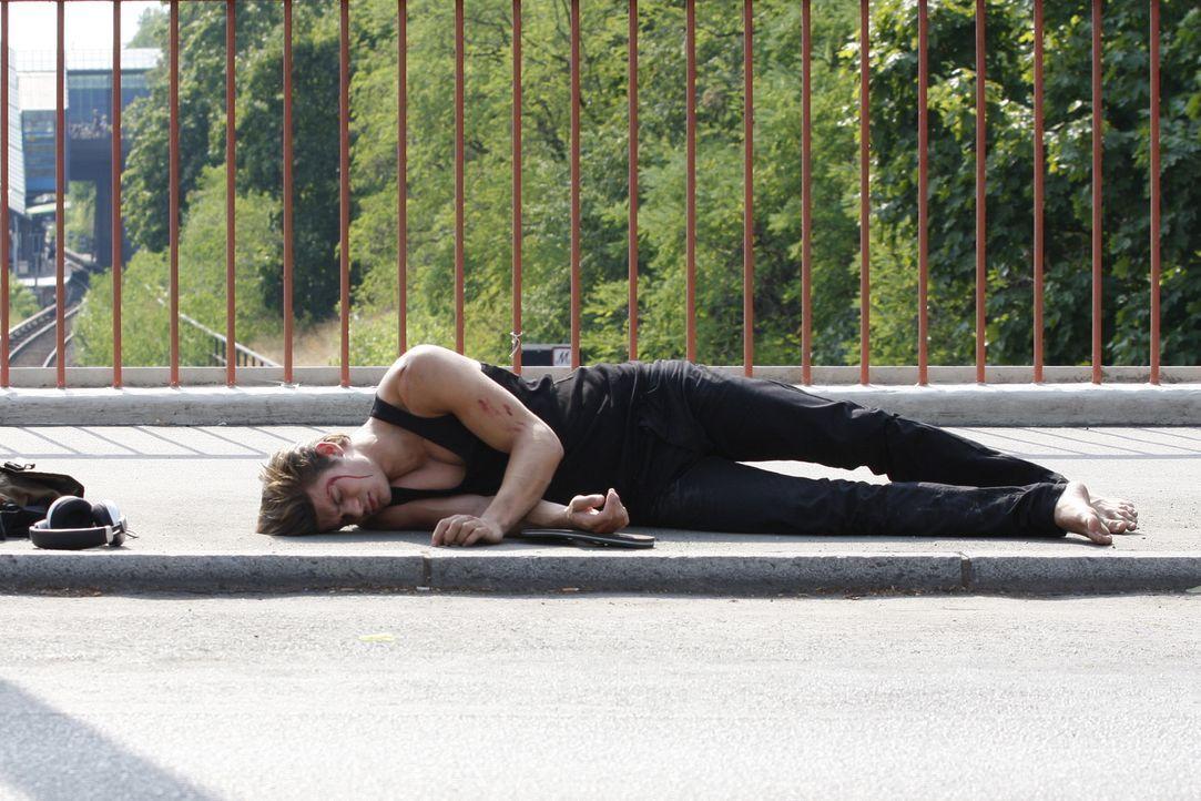Gerade, als Moritz (Eugen Bauder) die Stadt für immer verlassen will, begegnet er seiner alten Straßengang - die sich fürchterlich an ihm rächt,... - Bildquelle: SAT.1