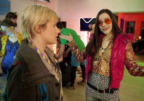 Emma will wieder gehen als sie erfährt, dass sie auf einer Party für Jenny ist. Doch kann sie Luzi zu bleiben überreden? - Bildquelle: David Saretzki - Sat1