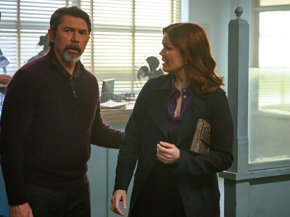 Gil Arroyo (Lou Diamond Phillips, l.); Jessica Whitly (Bellamy Young, r.) - Bildquelle: David Giesbrecht 2019 Warner Bros. Entertainment Inc. All Rights Reserved. / David Giesbrecht
