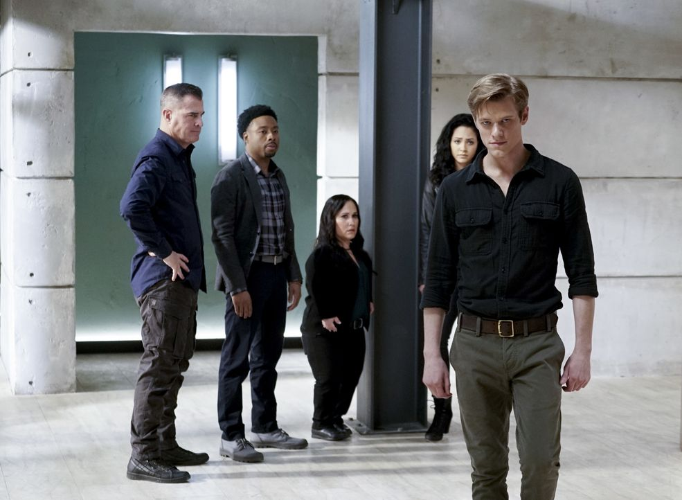 Auf sie kann sich MacGyver (Lucas Till, r.) immer verlassen: (v.l.n.r.) Jack (George Eads), Bozer (Justin Hires), Matty (Meredith Eaton) und Riley (... - Bildquelle: Jace Downs Jace Downs/CBS   2018 CBS Broadcasting, Inc. All Rights Reserved.