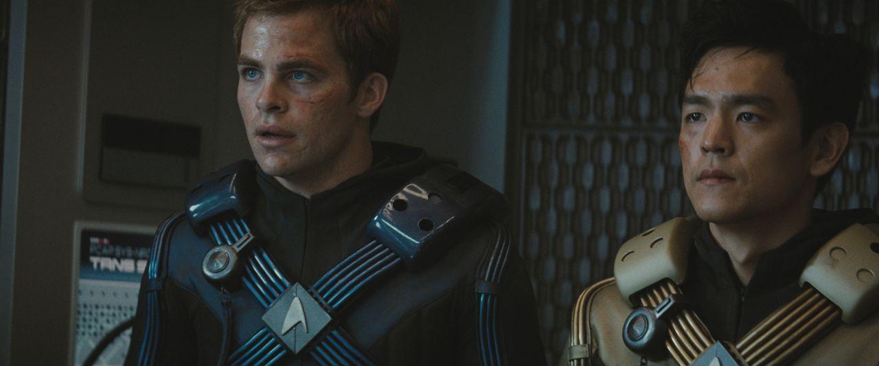 Ihr erster Einsatz auf der Enterprise artet zu einem gnadenlosen Kampf ums Überleben aus: Steuermann Sulu (John Cho, r.) und Kirk (Chris Pine, l.) .... - Bildquelle: Paramount Pictures