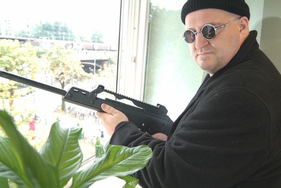 Leon (Markus Maria Profitlich) soll als Killer einen Auftragsmord begehen. - Bildquelle: Sat.1