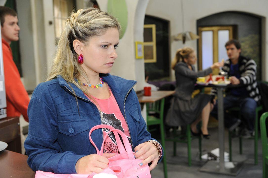 Mia (Josephine Schmidt, 2.v.l.) ist aufgewühlt, als sie Alexander (Paul Grasshoff, r.) zusammen mit Annett (Tanja Wenzel, 2.v.r.) sieht ... - Bildquelle: SAT.1
