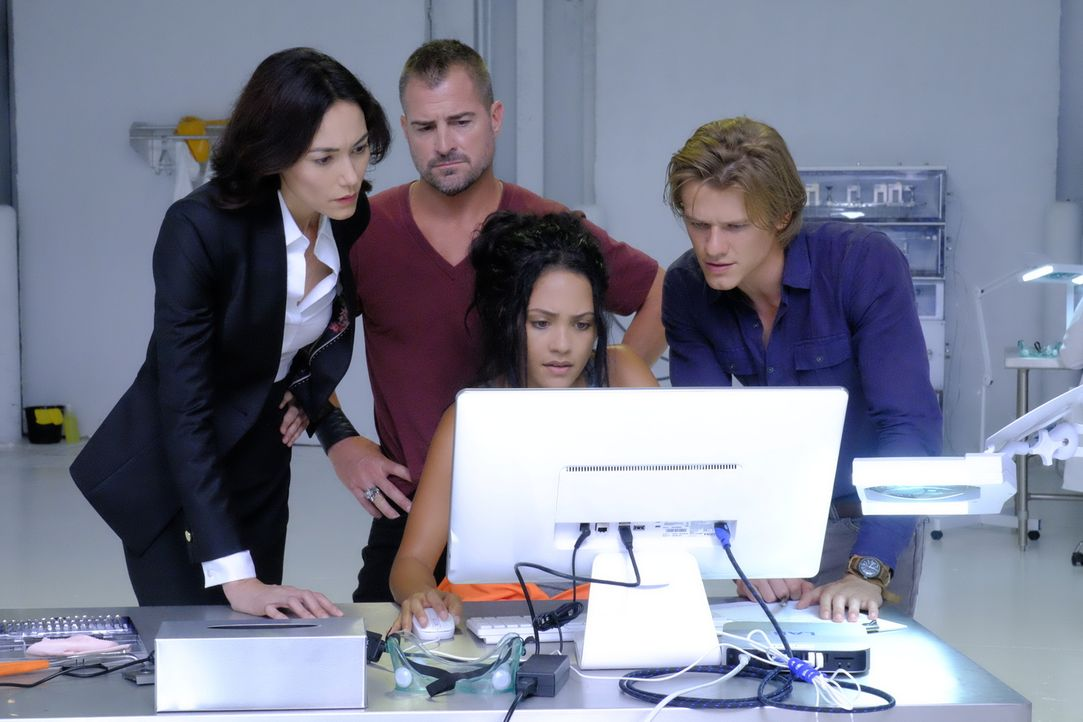 Kann die kriminelle Hackerin Riley Davis (Tristin Mays, 2.v.r.) MacGyver (Lucas Till, r.), Jack Dalton (George Eads, 2.v.l.) und Patricia Thornston... - Bildquelle: 2016 CBS Broadcasting, Inc. All Rights Reserved