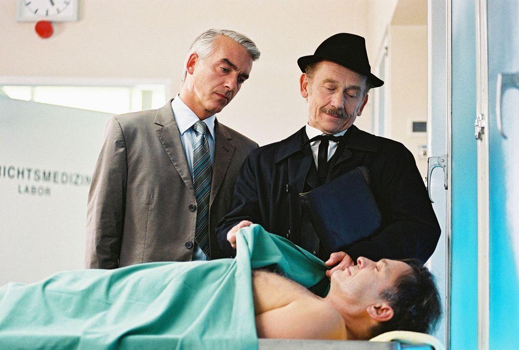 Felix (Christoph M. Ohrt, l.) und Bestatter Paulsen (Tilo Prückner, r.) betrachten den toten Horst Windeck (Jockel Tschiersch, liegend). - Bildquelle: Hardy Spitz Sat.1